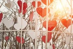 Cuori di bellezza dei biglietti di S. Valentino della st Annata e moderno luminosi e soleggiati (contemporaneo) negli stessi prec Immagini Stock