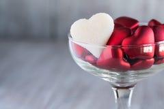 Cuori di Candy di giorno di biglietti di S. Valentino nei simboli di amore di vetro di vino Immagine Stock