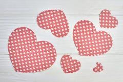 Cuori di carta rossi su fondo di legno bianco Fotografia Stock Libera da Diritti