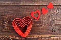 Cuori di giorno di biglietti di S. Valentino su fondo di legno Fotografie Stock
