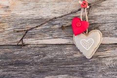 Cuori di giorno di biglietti di S. Valentino sopra fondo di legno Copi lo spazio Immagini Stock