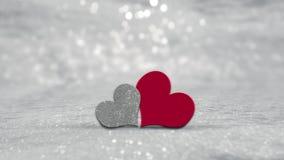 Cuori di giorno di biglietti di S. Valentino su fondo d'argento Fotografia Stock
