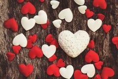 Cuori di giorno di biglietti di S. Valentino su fondo di legno Fotografia Stock Libera da Diritti