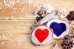 Cuori di legno di giorno di biglietti di S. Valentino Immagini Stock