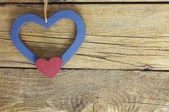 Cuori di legno nel vecchio fondo di legno Immagine Stock Libera da Diritti