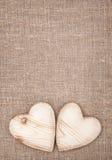 Cuori di legno sulla tela da imballaggio Fotografia Stock Libera da Diritti