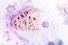 Cuori di Natale, decorazioni nella neve Fotografie Stock Libere da Diritti