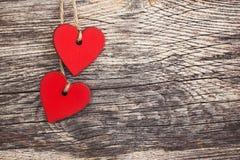Cuori di rosso di giorno di biglietti di S. Valentino Priorità bassa di legno Immagine Stock Libera da Diritti