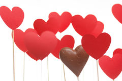 Cuori di San Valentino su un bastone con il cuore del cioccolato Immagine Stock