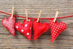 Cuori e clothespins in linea Fotografie Stock