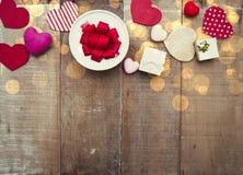 Cuori e contenitori di regalo su fondo di legno Fotografia Stock Libera da Diritti