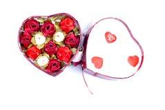 Cuori e fiori al biglietto di S. Valentino isolato su spirito bianco del fondo Fotografia Stock