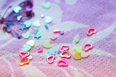 Cuori e fiori di scintillio su un tovagliolo Fotografie Stock