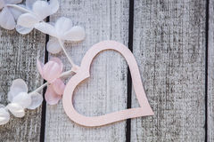Cuori e fiori rosa e bianchi su una tavola di legno Fotografia Stock Libera da Diritti