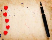 Cuori e penna stilografica rossi Immagini Stock Libere da Diritti