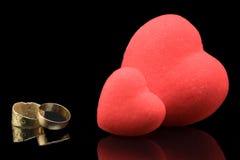 Cuori ed anelli di cerimonia nuziale Immagini Stock
