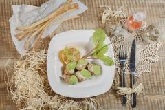 Cuori edule bolliti con salsa saporita Cuori edule freschi bolliti sulla verdura della lattuga per il servizio dei frutti di mare Fotografie Stock