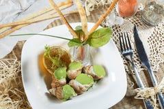 Cuori edule bolliti con salsa saporita Cuori edule freschi bolliti sulla verdura della lattuga per il servizio dei frutti di mare Immagini Stock Libere da Diritti
