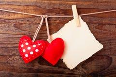 Cuori fatti a mano d'annata dei biglietti di S. Valentino sopra di legno Fotografie Stock Libere da Diritti