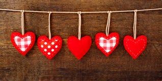 Cuori fatti a mano d'annata dei biglietti di S. Valentino sopra di legno Fotografia Stock Libera da Diritti