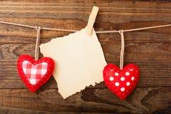 Cuori fatti a mano d'annata dei biglietti di S. Valentino sopra di legno Immagine Stock Libera da Diritti