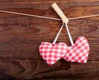Cuori fatti a mano d'annata dei biglietti di S. Valentino sopra di legno Fotografie Stock