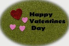 Cuori frizzanti rossi e rosa su fondo verde che dice felice Immagine Stock