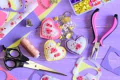 Cuori luminosi e catena chiave dei fiori Feltro fatto a mano ed incanto della catena chiave o della borsa del tessuto Accessorio  Fotografia Stock