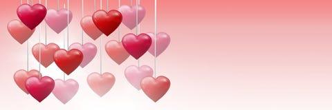 Cuori pieni di bolle dei biglietti di S. Valentino che appendono sulla corda Fotografie Stock