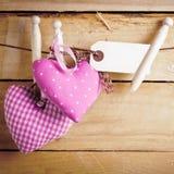 Cuori romantici della tessile con il contrassegno in bianco Fotografia Stock Libera da Diritti