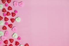 Cuori rosa e rossi di conversazione di San Valentino di Candy su pastello Fotografie Stock Libere da Diritti