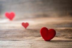 Cuori rossi del biglietto di S. Valentino su vecchio fondo di legno rustico Immagine Stock Libera da Diritti