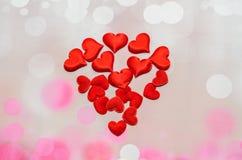 Cuori rossi del tessuto, cuori di giorno di biglietti di S. Valentino, fondo rosa del bokeh Fotografia Stock