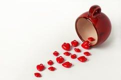 Cuori rossi della tazza del fondo di giorno di biglietti di S. Valentino isolati su bianco Fotografia Stock
