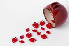 Cuori rossi della tazza del fondo di giorno di biglietti di S. Valentino isolati su bianco Immagini Stock