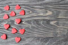 Cuori rossi di giorno del ` s del biglietto di S. Valentino su un fondo di legno Fotografie Stock Libere da Diritti