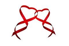 Cuori rossi di giorno del ` s del biglietto di S. Valentino del nastro fotografie stock libere da diritti