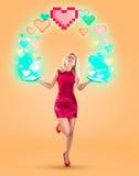 Cuori rossi di giorno del ` s del biglietto di S. Valentino sopra la bella donna bionda Su una priorità bassa gialla Foto di alta Immagine Stock Libera da Diritti