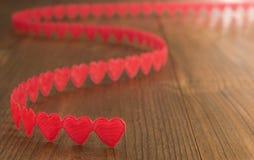 Cuori rossi di giorno del ` s del biglietto di S. Valentino su legno Fotografia Stock Libera da Diritti