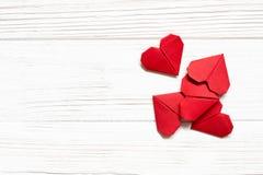 cuori rossi di origami su fondo di legno bianco Copi lo spazio Immagine Stock Libera da Diritti
