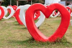 Cuori rossi e bianchi su terra per il giorno di S. Valentino Fotografia Stock Libera da Diritti