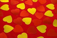 Cuori rossi e gialli sui tessuti rossi Priorità bassa del biglietto di S Fotografie Stock Libere da Diritti