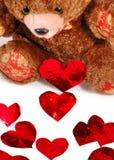 Cuori rossi e un orso di orsacchiotto Fotografie Stock Libere da Diritti