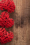 Cuori rossi sopra fondo di legno per il giorno di biglietti di S. Valentino Immagini Stock Libere da Diritti