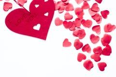 Cuori rossi sparsi su un fondo bianco Fondo eccellente al giorno del biglietto di S. Valentino del san Copi lo spazio fotografia stock libera da diritti