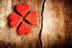 Cuori rossi strutturati che formano un'acetosella irlandese Fotografia Stock