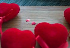 Cuori rossi su legno Fotografia Stock Libera da Diritti