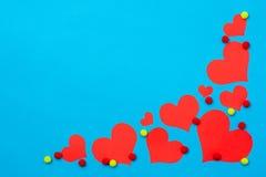 Cuori rossi su un fondo blu Fotografie Stock Libere da Diritti