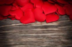 Cuori rossi su un fondo di legno immagini stock libere da diritti