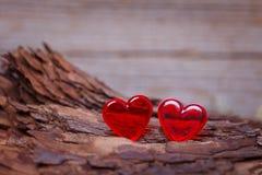 Cuori rossi sul bordo di legno Immagine Stock Libera da Diritti